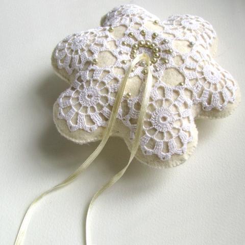 VesztlFanni - Csipke virág gyűrűpárna