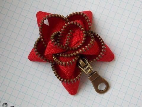 Juci - Piros rózsa cipzár bross, Meska