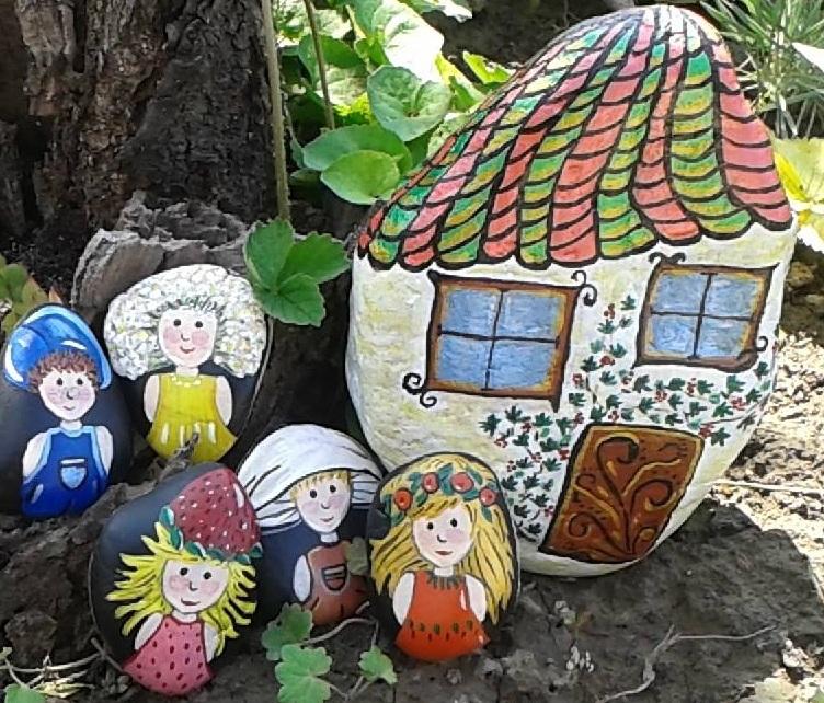 Az utolsó képen manókat láthatsz az otthonuk mellett. Egy házikó formájú kő adta az alap ötletet. A manó lak megfestésénél gyöngyházfényű akril festéket használtam, így meseszerűbb. A lakók egy vers szereplői. Apró ovális köveket kerestem, hogy életre keltsem Csiperkét, Berkenyét, Bodzát, Szamócát és Kökényt.