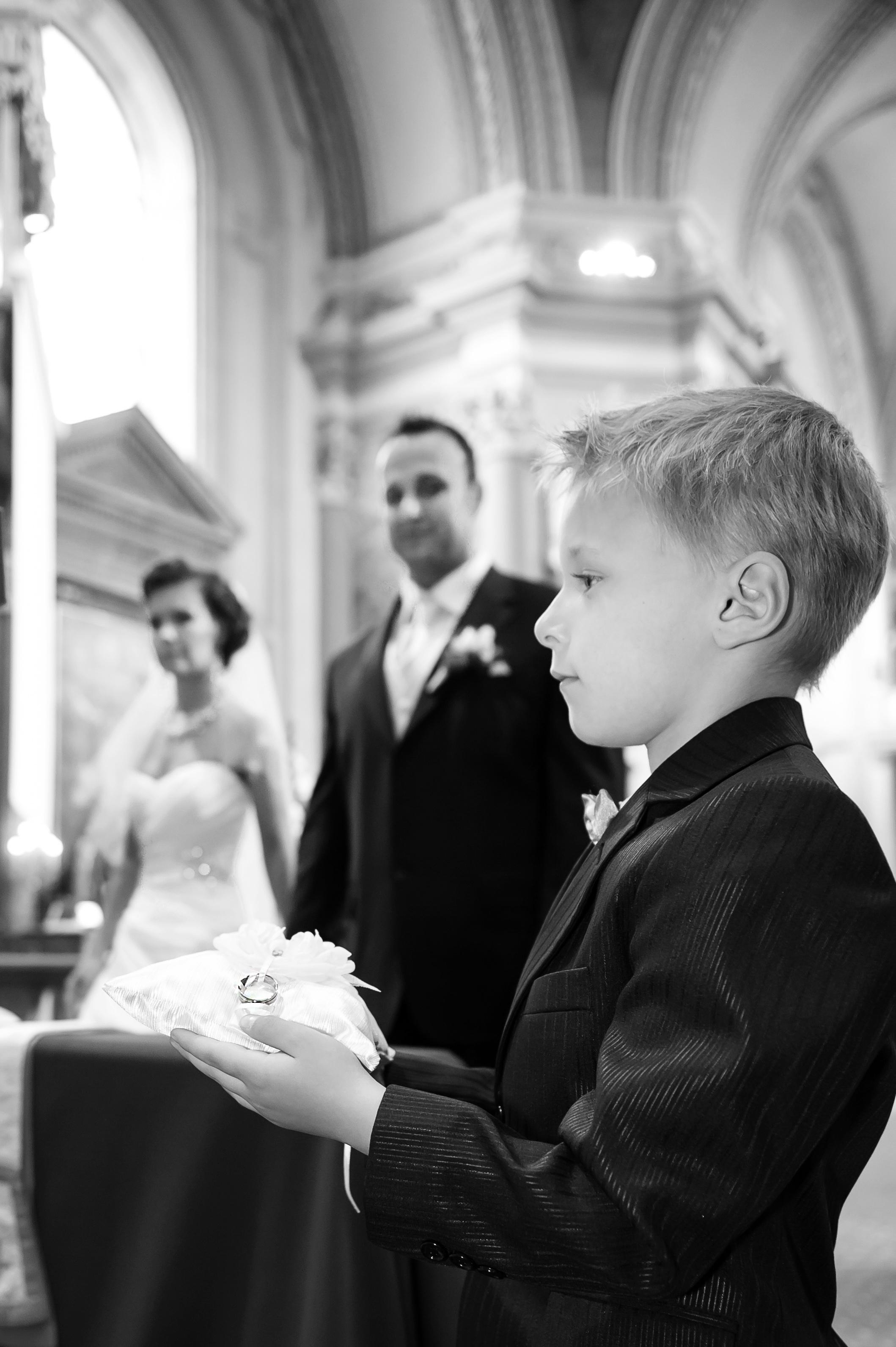 42d57f53e8 ... habos-babos romantikus esküvő egyik szívmelengető pillanata: jól fésült  megszeppent angyalarcú fiúcska áll bevetésre készen egy csodaszép  gyűrűpárnával.