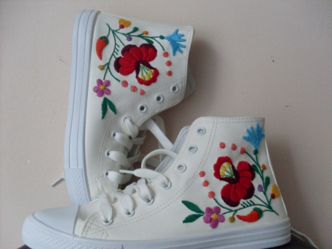 Kunzsuzsy Kalocsai mintás fehér bőr tornacipője a Meskán
