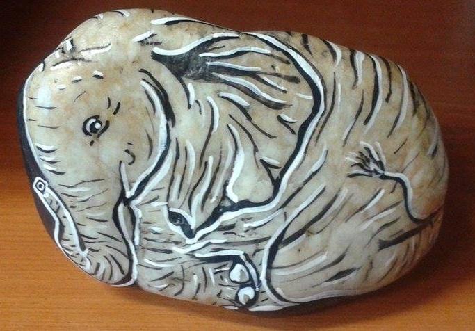 A második kép jól illusztrálja, mennyire ki lehet használni a kő tulajdonságait. A kő formája és színe is megmutatta mit szeretne ábrázolni. Csak fekete és fehér festéket használtam így igazán különleges a kő eredeti színe az elefánt bőre.