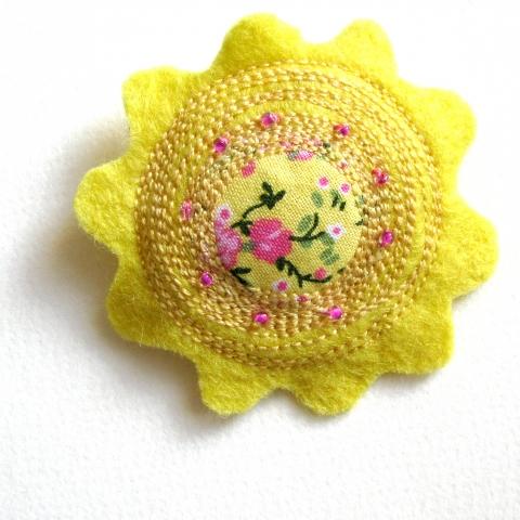 VesztlFanni - Sárga virág filc kitűző, Meska