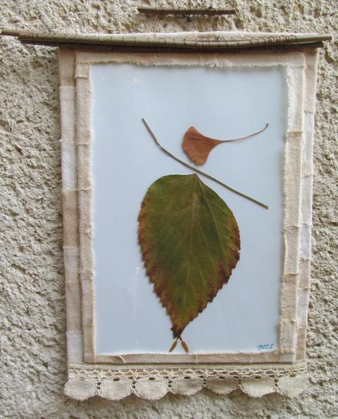 Flowerwitch - Falevél lény textil keretben, Meska