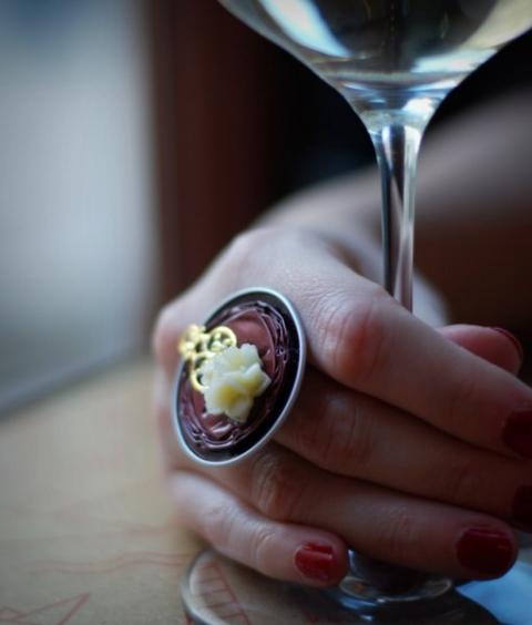Ursha - Bordó gyűrű aranycsipkével és bézs virággal kávékapszulából, Meska