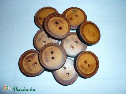 Fa gombok, Dekoráció, Dísz, Kétlyukú gombok hársfaágból, rajtuk a kéreggel. Átmérőjük kb.2.5 cm. Lenolajjal kezelve. M..., Meska