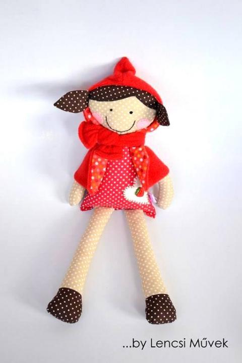 Piroska, Játék, Baba, babaház, Plüssállat, rongyjáték, Játékfigura, Piroska egy 40 cm magas kislány, levehető köpennyel. A ruháján van egy eper gomb, ezért csecse..., Meska