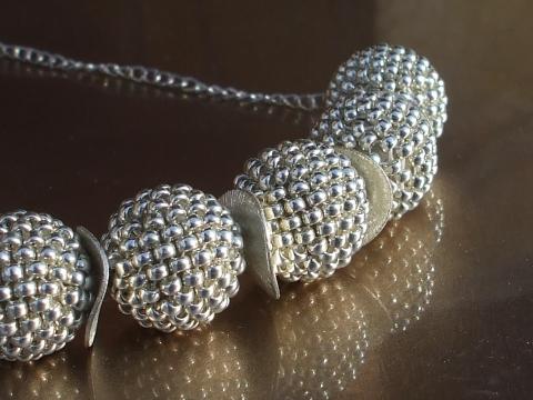 Ezüst Bogyós Nyaklánc Akciós!, Ékszer, óra, Nyaklánc, A nyaklánc 5db ezüst színű japán gyöngyből fűzött bogyóból és fém köztes elemekből á..., Meska