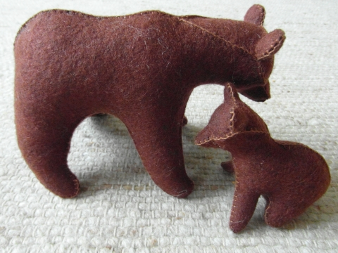 Macik - medvemama a kismacijával, Játék, Baba-mama-gyerek, Játékfigura, Plüssállat, rongyjáték, Sötétbarna medvemama kis macigyerekével.  A macik 100 %-os gyapjúfilcből készültek, kártolt gyapjúva..., Meska