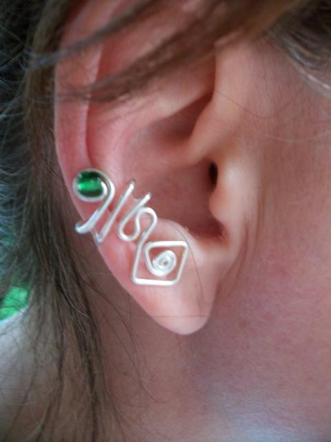 Hajított fülgyűrű zöld gyönggyel, Ékszer, óra, Fülbevaló,  Ezüstözött drótból kézzel hajlított fülgyűrű. Más színben is kérhető, Meska