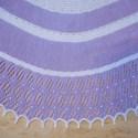 Puha lila-fehér csipkés kendő, Ruha, divat, cipő, Kendő, sál, sapka, kesztyű, Kendő, Kötés, Puha bambusz fonalból készült a kendő. Összesen 145 gramm a gyöngyökkel együtt ami a csipke részbe ..., Meska