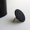 Fekete alapon tűpettyes, nagyméretű OVERSIZED gombgyűrű, Ékszer, óra, Gyűrű, Ékszerkészítés, Fekete alapon tűpettyes textilből készítettem ezt a nagyméretű (oversized) gombgyűrűt.  A gomb átmé..., Meska