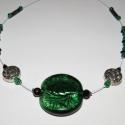 Macskaszem nyaklánc hatalmas üvegmedállal, Ékszer, óra, Nyaklánc, Ékszerkészítés, Hatalmas szépséges üvegmedált rögzítettem sodronyra zöld és fekete üveggyöngyök társaságában. Delfi..., Meska