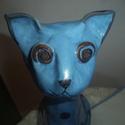 kék macska fekete pöttyökkel, Dekoráció, Otthon, lakberendezés, Baba-mama-gyerek, Kerti dísz, Kerámia, Festett tárgyak, Agyagból készült ülő cica szobor. Magassága 25,5cm, alsó, ülő részének legszélesebb része 16cm. Szí..., Meska