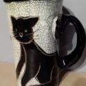 Fekete cicás kancsó, Konyhafelszerelés, Dekoráció, Kancsó , Kerámia, Festett tárgyak, Két fekete cica kunkorodik ezen a kis kancsón, egyikük jobbra, másikuk balra tekereg, de farkuk köz..., Meska
