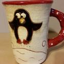 Kis pingvin hógolyózik görbe bögre, Konyhafelszerelés, Otthon, lakberendezés, Dekoráció, Bögre, csésze, Kerámia, Festett tárgyak, Hull a hó! Reméljük, igaziból is nemsokára megjön a havas tél, addig is bögrémen ez a kis pingvin é..., Meska