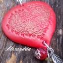 Piros szív nyaklánc, Ékszer, óra, Ruha, divat, cipő, Medál, Nyaklánc, Ékszerkészítés, Gyurma, Ékszergyurmából készült mutatós nyaklánc. Selymesen csillogó bronz színű pasztával kezeltem, hogy a..., Meska