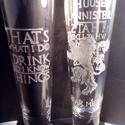 GAME of Thrones sörös pohár, Férfiaknak, Legénylakás, Sör, bor, pálinka, Üvegművészet, A 4 dl-es sörös pohárra a népszerű GAME of Thrones sorozat LANNISTER Ház jelképét kézzel gravírozta..., Meska