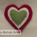 Kokárda gyapjúfilcb?l, nemzeti szín? kit?z?, szív alakú, Magyar motívumokkal, Ékszer, óra, Bross, kit?z?, Gyapjúfilcb?l, kézzel varrtam ezt a kissé formabontó, szív alakú kokárdát. A hátuljára varrt biztost..., Meska