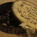 Csokis doboz finomságokkal tele, Férfiaknak, Otthon, lakberendezés, Konyhafelszerelés, Tárolóeszköz, Festett tárgyak, Mindenmás, 21 x 16 x 7 cm faháncs dobozva festve, díszítve.  A doboz igazi kézműves bonbonokat rejt. Tej- vagy ..., Meska
