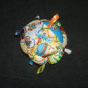 Címkés csörgő babalabda, Baba-mama-gyerek, Játék, Baba játék, Készségfejlesztő játék, Varrás, 12 db cikkelyből készült babalabda. A kicsik figyelmét felkeltő színes,  anyagból készült. A cikkek..., Meska