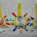 Pihenőszékre kiságyra akasztható címkés játék., Baba-mama-gyerek, Játék, Baba-mama kellék, Gyerekszoba, Varrás,  Műanyag patenttal záródik. Akasztó félbehajtva 11 cm hosszú. Méretük kb. 9x11 cm. Az ár 3 db-ra eg..., Meska