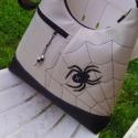 Pók hálójában  textilbőr pakolós oldaltáska válltáska, Táska, Ruha, divat, cipő, Válltáska, oldaltáska, Tarisznya, Varrás, Patchwork, foltvarrás, Vigyázat pókveszély :) Drapp és fekete textilbőrből készült pakolós táska.  Elején egy cipzáras zse..., Meska