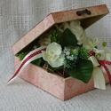 Ballagásra, Esküvőre,Pedagógusnapra, Dekoráció, Esküvő, Otthon, lakberendezés, Dísz, Virágkötés, Decoupage, szalvétatechnika, Rafinált megoldással készítettem el ezt a dobozt és a benne lévő virág dekorációt.Úgy, hogy a doboz..., Meska