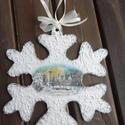 Karácsonyi díszek,ajtódísz hópihe, Dekoráció, Karácsonyi, adventi apróságok, Karácsonyfadísz, Karácsonyi dekoráció, Decoupage, szalvétatechnika, karácsonyi dísz,ajtódísz  festett fa hópihe alakú dísz,rizspapírral,hópasztával díszítve. átmérője:..., Meska