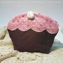 Muffin neszesszer - rózsaszín, Táska, Szépségápolás, Neszesszer, Fürdőszobai kellék, Újrahasznosított alapanyagból készült termékek, Varrás, Bájos, muffin formájú neszesszer. Rózsaszín máz fedi a tetejét, melyet fehér confetti és cukorkrist..., Meska