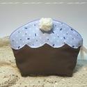Muffin neszesszer - kék, Táska, Szépségápolás, Neszesszer, Fürdőszobai kellék, Újrahasznosított alapanyagból készült termékek, Varrás, Bájos, muffin formájú neszesszer. Babakék máz fedi a tetejét, melyet fehér confetti és cukorkristál..., Meska