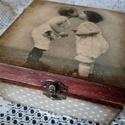 Vintage doboz, Otthon, lakberendezés, Húsvéti apróságok, Tárolóeszköz, Doboz, Decoupage, szalvétatechnika, Mindenmás,  Mérete: 15x15 cm, 5 cm mély. Színe barna szürke. Teteje decoupage, belsején dombor fa szív.  Kedve..., Meska