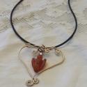 Angyalszív, Ékszer, óra, Nyaklánc, Ékszerkészítés, A lánc fő ékessége, egy karneolból készült angyal. A szív réz ékszerdrótból készült. Mérete: 6 cm. ..., Meska