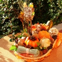 Őszi,hangulatos asztaldísz kosárkában, meleg színekben  !, Otthon, lakberendezés, Dekoráció, Kaspó, virágtartó, váza, korsó, cserép, Ünnepi dekoráció, Virágkötés, Őszi, hangulatos asztaldísz szalmakosárkában, madárkákkal,  termésekkel, kerámia díszekkel dekorálv..., Meska