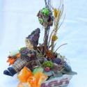 Hangulatos asztaldísz , manócskával, kosárkában  !, Otthon, lakberendezés, Dekoráció, Kaspó, virágtartó, váza, korsó, cserép, Ünnepi dekoráció, Virágkötés, Hangulatos asztaldísz manócskával, szalmakosárkában, madárkákkal,  termésekkel dekorálva ! Akár asz..., Meska