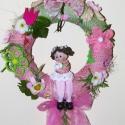 Vidám, kislányos kopogtató, ajtóra vagy falra!, Dekoráció, Otthon, lakberendezés, Utcatábla, névtábla, Kaspó, virágtartó, váza, korsó, cserép, Virágkötés, Vidám,kislányos kopogtató, szalmakoszorú alapra, selyem virágokkal, szalagokkal termésekkel, kerámi..., Meska