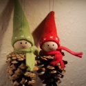 Tobozmanó pár, Dekoráció, Karácsonyi, adventi apróságok, Ünnepi dekoráció, Karácsonyfadísz, Egy darab lány (piros sapkában) és egy darab fiú (zöld sapkában) tobozmanó.  Elválaszthatatlan társa..., Meska