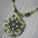 Zöld-szürke hímzett medálos gyöngyös nyaklánc, Ékszer, óra, Nyaklánc, Ékszerkészítés, Gyöngyfűzés, Zöld, fehér, és szürke színű, tekla,  kása, és csiszolt üveg gyöngyös, hímzett medálos, sodronyra f..., Meska