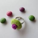 Gombból gyűrű, Ékszer, óra, Gyűrű, Ékszerkészítés, A gyűrűt textillel buhúzott gombból és akril virágból készítettem,halványzöld és lila színekben.Áll..., Meska