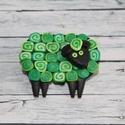 Zöld bari kitűző, Ékszer, óra, Bross, kitűző, Ékszerkészítés, Hőre keményedő gyurmából készült bari, bárány kitűző, Méretei 4x2 cm. Négy színben kapható., Meska