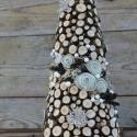 A favágó karácsonya -mini karácsonyfa, Dekoráció, Otthon, lakberendezés, Ünnepi dekoráció, Virágkötés, Gyöngyfűzés, A karácsonyfa alapját újrahasznosított linóleumból készítettem. Kúpformát hajtottam, ragasztottam n..., Meska