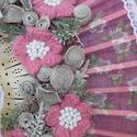 Csinos - ajtódísz, Dekoráció, Otthon, lakberendezés, Falikép, Horgolás, Újrahasznosított alapanyagból készült termékek, Az ajtódísz alapját egy bájos, rózsaszín alapon virágmintás legyező adja. A legyező szélére vékony ..., Meska