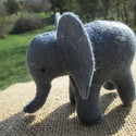 filc elefánt, Baba-mama-gyerek, Játék, Plüssállat, rongyjáték, Játékfigura, Varrás, A bájos elefánt mérete 9x7-cm. Az állat természetes karakterét viseli magán. Teljes egészében kézze..., Meska