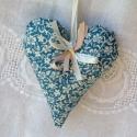 Apró virágos kék szív, Dekoráció, Mindenmás, Otthon, lakberendezés, Varrás, Apró virágos kék szívem kb 15 cm magas,szatén szalagokkal és gyönggyel díszített. Kedves dísze lehe..., Meska