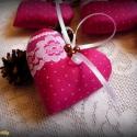 2 darab pink karácsonyi szívecske csipke díszítéssel (karácsonyfadísz, dekorációs szív, pöttyös), Dekoráció, Karácsonyi, adventi apróságok, Karácsonyfadísz, Karácsonyi dekoráció, Varrás, 2 darab karácsonyfadísz pink-fehér színben, csipkével és viaszgyöngyökkel díszítve, szaténszalag ak..., Meska