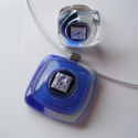 Kék és ezüst üvegékszer nyaklánc és gyűrű, Ékszer, óra, Ékszerszett, Nyaklánc, Gyűrű, Ékszerkészítés, Üvegművészet, Kék-fehér üvegalapon ezüst színű dichroic ragyog. A medál mérete: 2.5 x 2.5 cm A fehér sodrony kari..., Meska