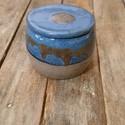 Kerámia vizes vajtartó (kék-szürke), Konyhafelszerelés, Kerámia, Szürke színű agyagból készült, magastűzön (1200 fokon) tömörre égetett vizes vajtartó, kék, bordó m..., Meska