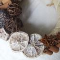 ánizsos-fahéjas ajtódísz, Dekoráció, Dísz, Virágkötés, Ajtódísz az ősz színeiben és félig-meddig már a tél jegyében. A szalmakoszorút juta szalaggal vonta..., Meska