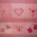 rózsaszín zsebes falvédő, Baba-mama-gyerek, Gyerekszoba, Falvédő, takaró, Varrás, Patchwork, foltvarrás, foltvarrás technikával készült,  patchwork falvédő lányos mintákkal.  mérete :75x 160cm A falvédő 3..., Meska