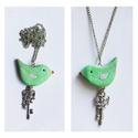 Zöld Madárka rózsaszín szárnyakkal + kulcs nyaklánc :), Ékszer, óra, Mindenmás, Nyaklánc, Ékszerkészítés, Gyurma, Süthető gyurmából készült, üde, tavaszias nyakbavaló. Vidám kis darab. A madárka pedig nagy kincset..., Meska